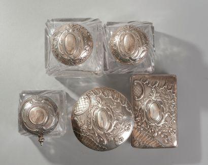 Importante garniture de toilette en cristal taillé et argent comprenant trois flacons,...