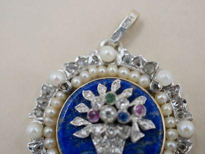 Pendentif médaillon en or blanc 18k orné d'une plaque de lapis lazuli décorée d'un...
