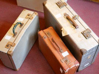 TOUS PAYS : 3 valises contenant des timbres neufs et oblitérés, ainsi que des documents...