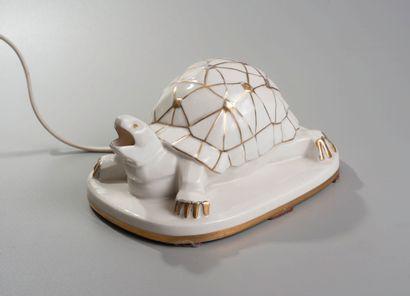 ROBJ. Veilleuse tortue en porcelaine émaillée....