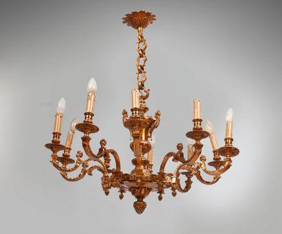 Lustre en bronze verni de style Louis XIV...