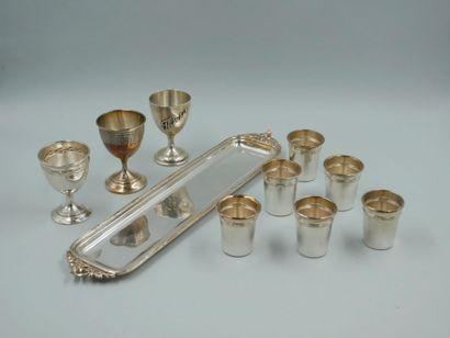 Lot : - Service à liqueur en métal argenté à décor ciselé de filets enrubannés et...