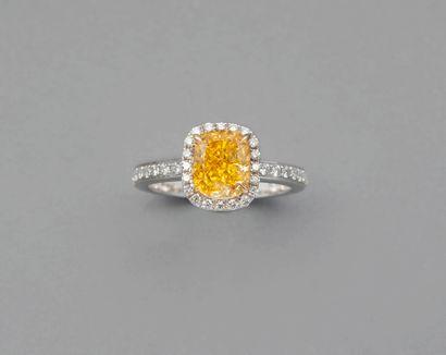 Bague en or gris 18k ornée d'un diamant taille...