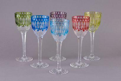 Six verres à vin sur pied en cristal taillé...