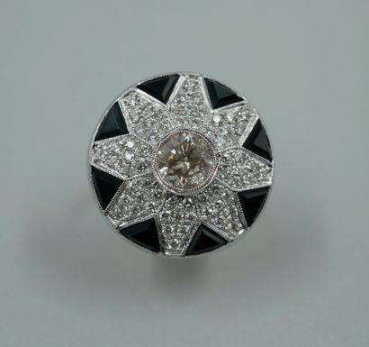 Bague de style Art Déco en or jaune et or gris 18k ornée d'un diamant taille brillant...