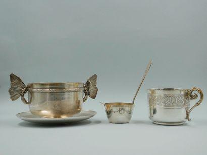 Lot : - Tasse et sa sous tasse en métal argenté...