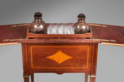 Table formant bar en bois de placage marqueté...