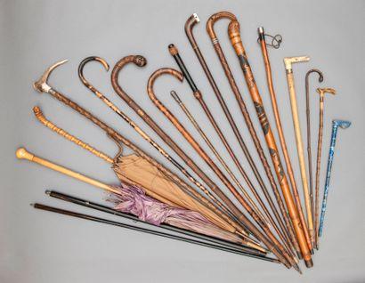 Ensemble de cannes et parapluies anciens...