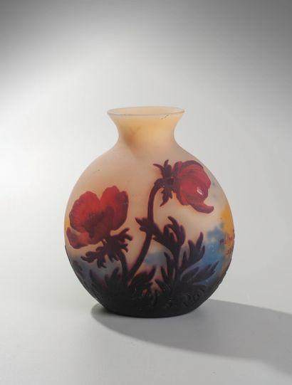 MULLER FRERES. Lunéville. Vase rond à panse aplatie en verre soufflé blanc, bleu...
