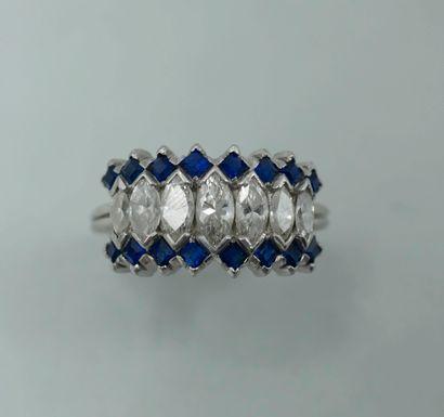 Alliance large en platine ornée de sept diamants...