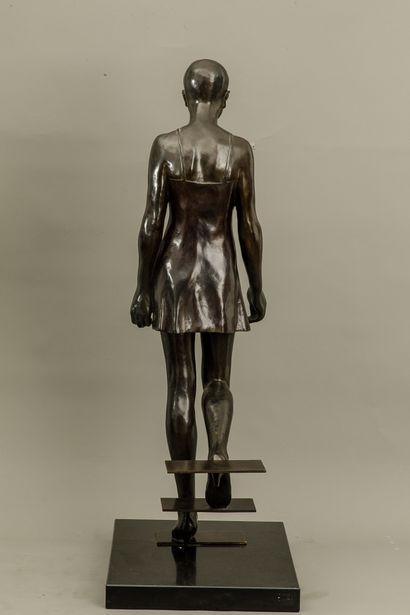 Mauro CORDA (Né en 1960) - Femme debout marchant - Bronze à patine médaille - Signé...