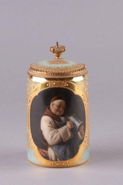 VIENNE. Chope en porcelaine décorée à l'or...