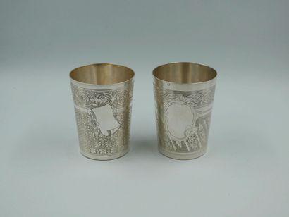 Deux timbales de forme tronconique en argent à décor d'un cartouche aveugle, frise...