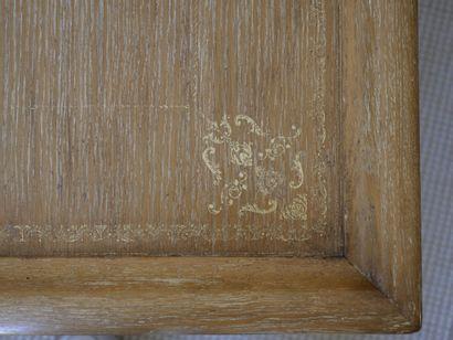 Large table basse carrée en bois naturel mouluré, sculpté et doré à décor de coquilles...