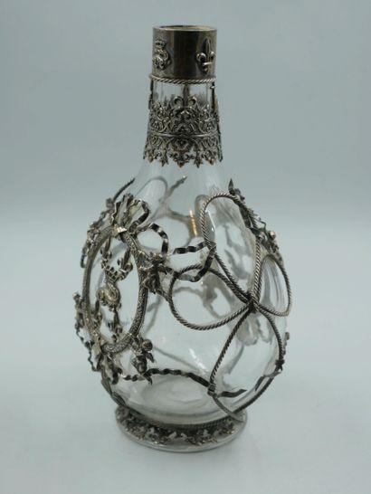Carafe Néo Renaissance en verre habillée d'une maille de métal argenté à motif d'un...
