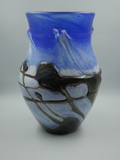 NOVARO Jean-Claude (1943-2015), Vase balustre. Epreuve en verre bleue avec application...
