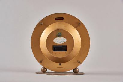 KIENINGER et OBERGFELL. Pendule de bureau en laiton. Le cadran champagne représentant...