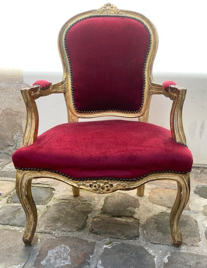 Carved and gilded wood cabriolet armchair, medallion back, curved legs, red velvet...