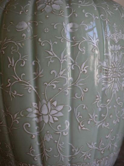 Paire de pots à gingembre à côtes en porcelaine céladon à décor de fleurs de lotus...