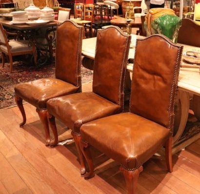 Ensemble de six chaises à haut dossier gainé de cuir marron