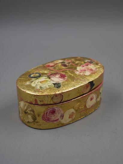 Lot comprenant : paire de boites ovales en papier maché à décor de fleurs sur fond...