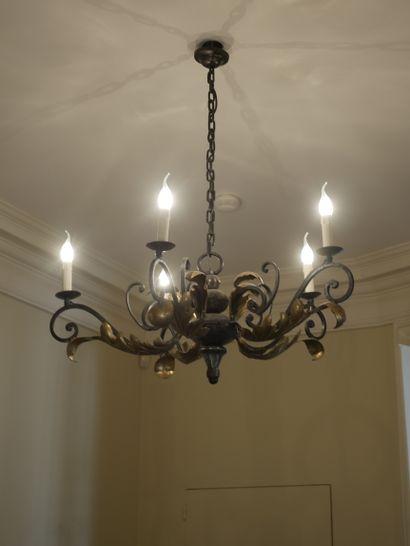 Lustre en fer forgé doré à cinq bras de lumière...