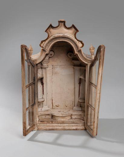 Petite vitrine en bois laqué blanc ouvrant à deux vantaux. La partie supérieure...