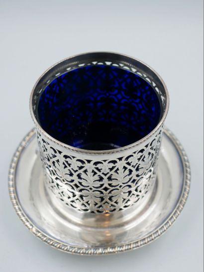Coupe bleue tripode en métal baigné d'argent ajouré galvanisé, doublure en verre...
