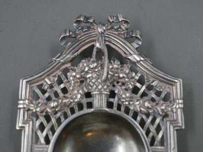 TIFFANY CO - Porte stylo en métal argenté à décors de bouquets de fleurs sur un...