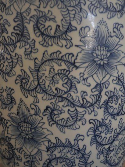 Pied de lampe en porcelaine bleu blanc à décor de fleurs de lotus dans des enroulements...