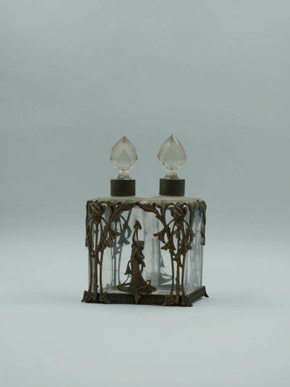 Huillier, vinaigrier en cristal biseauté. Monture en étain à décor d'une femme dansant...