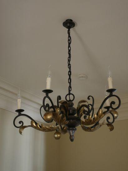 Lustre en fer forgé doré à cinq bras de lumière à décor de volutes et de feuilles...
