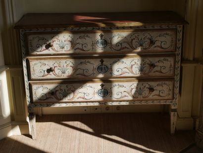 Chest of drawers with three drawers in lacquered and painted wood decorated with...