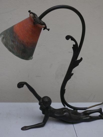 Pied de lampe en bronze femme allongée. Style Art Nouveau