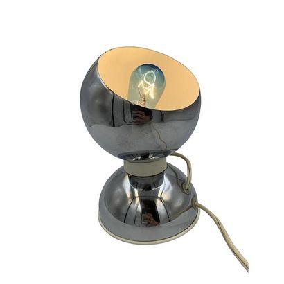 Goffredo REGGIANI (Né en 1929). Lampe à poser en métal chromé composé d'un socle...
