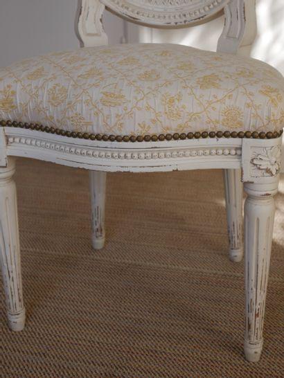 Chaise cabriolet en bois mouluré et laqué blanc à décor de frise de perles et de...