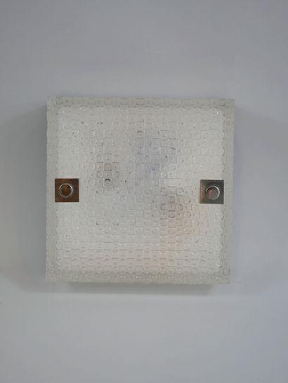 Plafonnier carré et deux appliques rectangulaires, en verre moulé à motifs géométriques....