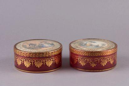 Deux boîtes à dragées en pendant en verre ciselé rouge et réhauts dorés à décor...