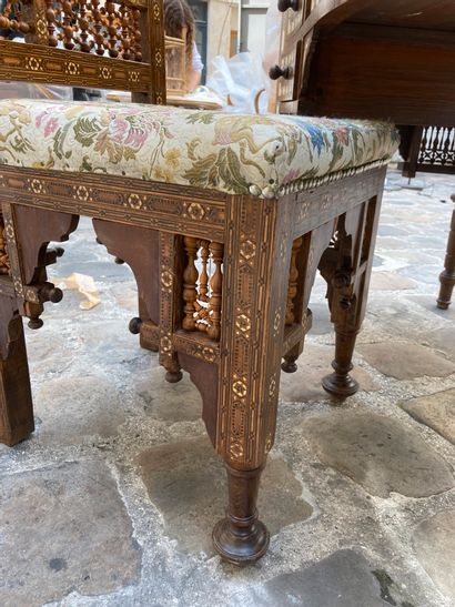 Bureau plat, double face, en bois exotique sculpté et marqueté de nacre, à décor...