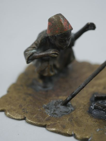 Bronze de Vienne, petit sujet en bronze patiné et polychrome représentant un personnage...