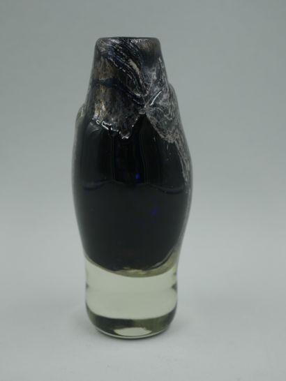 MONOD Isabelle(née en 1945). Vase soliflore. Epreuve en verre soufflé bleu à décor...