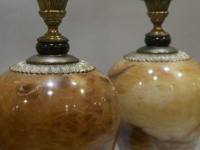Paire de pieds de lampes sur piédouche balustres en onyx marron moiré et moucheté...