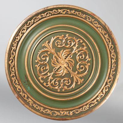 Paire de gueridons en bois laqué vert olive et doré, fût balustre central à piétement...