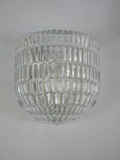 Suite de quatre appliques, en verre moulé et métal laqué blanc. Dim. : 14,5 x 14,5...