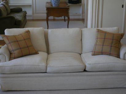 Paire de canapés trois places en tissu ivoire,...