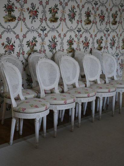 Suite de dix chaises en bois mouluré, sculpté...