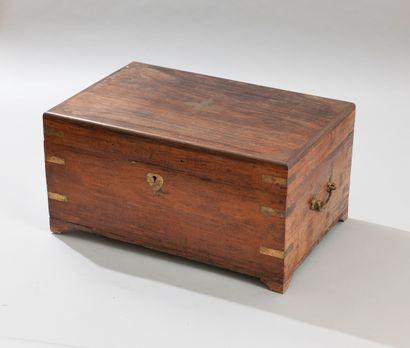 CHINE. Coffret de lettré en bois exotique découvrant une multitude de compartiments....