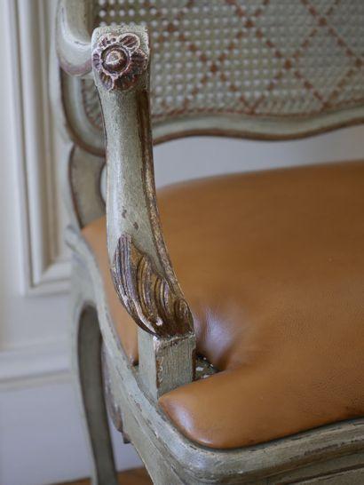 Fauteuil à dossier à la reine, en bois mouluré, sculpté, laqué vert et rechampi...