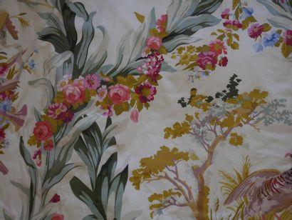 Ensemble comprenant un fauteuil crapeau en tissu à motif de bouquets de fleurs et...