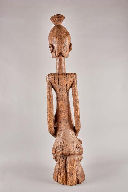 AFRIQUE DE L'EST DJORAI. Sculpture en bois naturel représentant une femme et son...